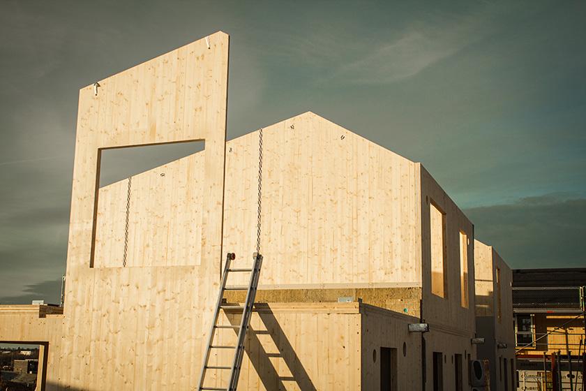 Opførelsen af de første træhuse for Boligselskabet Sjælland er i gang